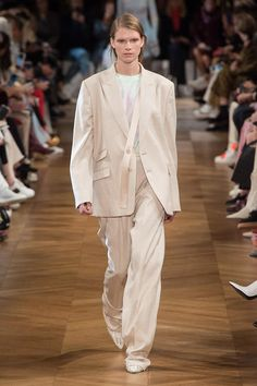 Stella McCartney Spring 2019 Ready-to-Wear Fashion Show Collection: See the complete Stella McCartney Spring 2019 Ready-to-Wear collection. Look 2 Fashion Week Paris, Fashion Over 40, Fashion Weeks, London Fashion, Lauren Hutton, Stella Mccartney, Athleisure, Belle Silhouette, Jacquemus