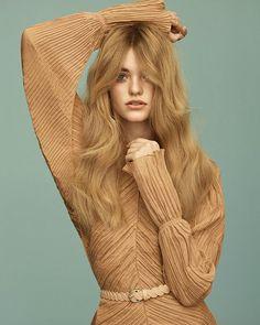 Lo que está por venir a veces sabe a pasado por eso las tendencias 'pre-fall' que esperan en #VogueJulio son delicadamente retro. Y apetecibles muy apetecibles. (Fotografía: @thomaswhiteside. Realización: @juancebrian).  via VOGUE SPAIN MAGAZINE OFFICIAL INSTAGRAM - Fashion Campaigns  Haute Couture  Advertising  Editorial Photography  Magazine Cover Designs  Supermodels  Runway Models