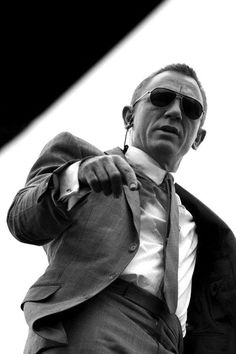 Daniel Craig as James Bond in Skyfall wearing a tight fitting grey sharkskin suit by Tom Ford. Daniel Craig James Bond, Craig Bond, Rachel Weisz, Estilo James Bond, James Bond Style, Daniel Graig, Skyfall, Gentleman Style, Actors & Actresses