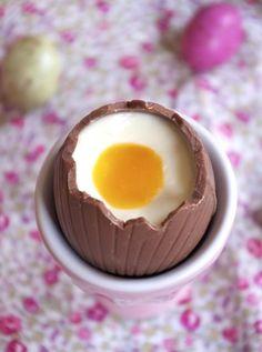 Hola, je suis trop excitée de cette recette, je suis fan de mes jolis petits œufs à la coque. J'avais repéré le concept de ces œufs en chocolat remplis de cheesecake et surmonté de coulis de passion en guise d'œufs sur Raspberri Cupcakes il y a des mois, et j'attendais Pâques avec impatience pour faire ma version de ces œufs de Pâques cheesecake-passion façon œufs à la coque. C'est hyper simple à faire et je trouve le résultat bluffant, trop beau et délicieux. Génial pour terminer...