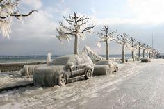 Versoix, Lac Léman : Voitures prises dans la glace #voiture #automobile #givre #hiver #froid #polaire #glace #glaciale #winter #ice #quartierdesjantes Quartierdesjantes.COM