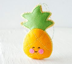 Descascando um abacaxi feliz