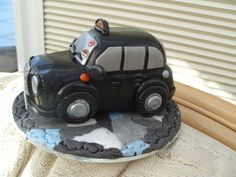 London Black Taxi Cab Pastillage Black Cab Cake Topper ~ Celebration of passing the 'knowledge' London Black Cab Examination. Black Cab, Cakes For Men, Taxi, How To Make Cake, Biscuit, England, Queen, London, Cookie Favors