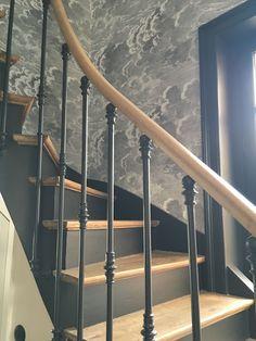 Escalier noir and son Black staircase and his Foyer Design, Railing Design, Stair Railing, Staircase Design, House Design, Hallway Wallpaper, Modern Wallpaper, Painted Wallpaper, Wallpaper Ideas