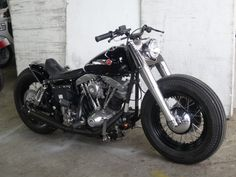 Shovelhead swingarm custom with black rims, Fat Boy front end and bobbed front fender as rear fender by Gravel Crew