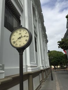 En el Paseo Amor frente a la Plaza junto al Banco Popular, Ponce