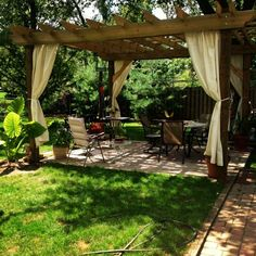 pergolas en bois avec rideaux et jardin design