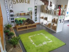 The carpet - an invitation to play with loose materials, plants, animals, blocks, mirror - imaged shared by Pedagogiska Kullerbyttan Reggio Inspired Classrooms, Reggio Classroom, Classroom Organisation, Preschool Classroom, Classroom Decor, Body Preschool, Play Spaces, Learning Spaces, Learning Environments