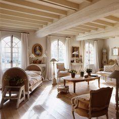 Buon giorno e buona settimana a tutti.    Oggi vi lascio le immagini di una bellissima casa arredata in puro French Style…          ...