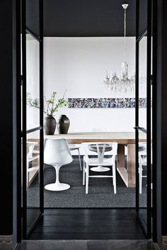 This black gem of a home is located in Belgium in a former rectory. An interior design duo owns the intimate modern home where black is clearly the star Interior Design Blogs, Modern Interior, Interior And Exterior, Scandinavian Dining Table, Scandinavian Design, Inspiration Design, Room Inspiration, Inspiration Boards, Tulip Chair