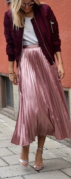 Spring transitional outfit / casual style / fit and flare / simple fashion: Pink metallic pleated skirt with burgundy bomber jacket. Pleated Skirt Outfit, Skirt Outfits, Fall Outfits, Midi Skirt, Pleated Skirts, Outfit Winter, Modest Fashion, Skirt Fashion, Fashion Outfits