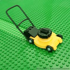 Lego lawnmower with yet again lovely details by Bruce Lowell at Flickr - #lego #legos #creative