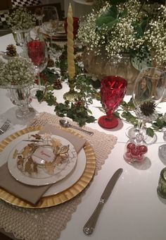 Inspiração para mesa de natal, utilizando tons de dourado, vermelho e verde. A mesa redonda é mais dificil de montar, mas utilizamos um arranjo baixo central de murano e hera preenchendo o espaço. Utilizamos taças com bolas de natal como castiçais e mini guirlandas douradas como marcador de lugar