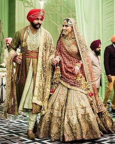 51 Most Beautiful Indian Bridal Makeup Looks and Clothing Ideas - Dulhan Images - AwesomeLifestyleFashion Indian Bridal Outfits, Indian Bridal Lehenga, Indian Bridal Fashion, Indian Bridal Makeup, Indian Designer Outfits, Bridal Dresses, Shaadi Lehenga, Lehenga Blouse, Red Saree