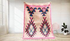 Ce tapis azilal marocain rose est vraiment une œuvre d'art et caractérise le style libre des femmes berbères marocaines qui construisent leurs tapis à partir d'images dans leur esprit plutôt que d'un plan préétabli. Le tapis affiche une grande partie du symbolisme berbère qui caractérise la conception de tapis Azilal et dépeint une histoire racontée à travers l'art du tisserand. Leather Poof, Overstock Rugs, Weavers Art, Square Rugs, Moroccan Berber Rug, Moroccan Design, Berber Carpet, Cool Rugs, Oeuvre D'art