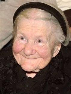 Vorig jaar is, op 98 jarige leeftijd, Irena Sendler overleden. Tijdens de Tweede Wereldoorlog kreeg zij van de Duitsers toestemming om in het getto van Warschau te werken als loodgietster. Zij had echter een heimelijk motief … Ze wist als Duitse wat de Nazi's van plan waren met de Joden. Irena smokkelde in haar gereedschapskist kinderen naar buiten. Voor grotere kinderen gebruikte ze een juten zak.