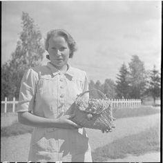 Tuohikulttuuria rajalla. Sotamies on tehnyt rajan tyttärelle tuohisen käsilaukun Korpiselkä. Ilomantsi 1941.08.06