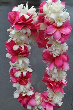 Happy Lei Day ~ This is one of my favorites. white tuberose with pink plumeria ♥ Happy Lei Day ~ Dies ist einer meiner Favoriten . Hawaiian Flowers, Tropical Flowers, Fresh Flowers, Colorful Flowers, Beautiful Flowers, Hawaiian Leis, Tropical Art, Party Hawaii, Aloha Hawaii