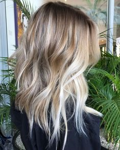 Balayage is an advanced technique to make your hair shiny and refreshing. From natural hair to rainbow hair colors, find the best balayage hair color for yourself right now! Medium Hair Styles, Curly Hair Styles, Peinados Pin Up, Balayage Hair Blonde, Sand Blonde Hair, Bayalage, Cool Blonde, Cool Hair Color, New Hair