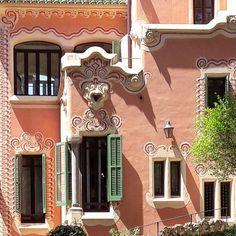 Gaudí's house by Francesc d'Assís Berenguer(1866-1914) ☆Il exerça comme architecte sans en avoir le titre grâce à une amitié liée avec Antoni Gaudí en 1887 et qui dura jusqu'à sa mort. L'absence de titre fit que ses projets furent signés par un autre architecte – Gaudi en l'occurrence.  Photo by Fede Araya Tours @arkitektoursbarcelona