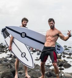 The Hemsworth boys out surfing Chris Hemsworth Thor, Age Of Ultron, Die Rächer, Hemsworth Brothers, Avengers 2012, Z Cam, Colin O'donoghue, Shirtless Men, Good Looking Men
