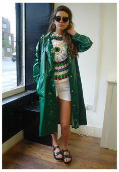 Green PVC Raincoat Green Raincoat, Pvc Raincoat, Raincoat Jacket, Imper Pvc, Langer Mantel, Bronze, Rain Wear, Fashion Outfits, Womens Fashion