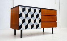 Modernistyczna, tekowa komoda z graficznym wzorem, lata 70. Posiada system szuflad, oraz pojemny schowek-szafkę, na…
