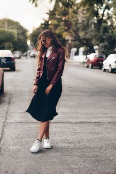 The Talking Lipstick » Leather Jacket Addiction. How to style a wine leather jacket. Long black dress, white sneakers, white turtle neck top, wine leather jacket & raybans. Winter outfit 2017. Como usar una chamarra de piel tinta. Vestido negro largo, blusa de cuello blanca, tenis blancos, chamarra de piel tinta y raybans. Outfit de invierno 2017.