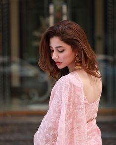 Mahira Khan is one of the most Popular Pakistani film and TV actress. City book presents Mahira Khan top dramas list. We connect top 5 Mahira Khan dramas. Mahira Khan Pics, Mahira Khan Dresses, Girl Photo Poses, Girl Photography Poses, Girl Poses, Pakistani Girl, Pakistani Actress, Pakistani Bridal, Saree Poses
