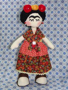 Boneca de tecido Frida Kahlo <br>a cor e estampas dos tecidos podem variar...