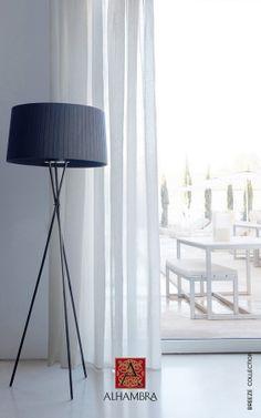 Perdea albă pentru un decor clasic.   www.decoradesign.ro