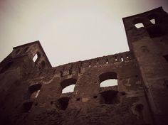 Vista dal basso dell'inquietante castello dei Doria