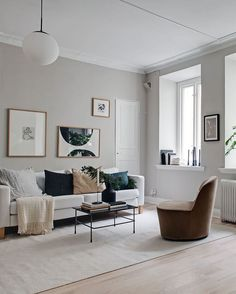 Stylish beige studio home - - I love how warm and cozy and at the same time very fresh this small studio home looks. I like the white of the sofa, bed covers and kitchen cabinets combined with the warm beige on the walls and the … Continue reading →. Living Room Grey, Home Living Room, Living Room Designs, Living Room Decor, Living Spaces, Dining Room, Pink Bedroom Walls, House Of Turquoise, Scandinavian Home