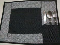 Jogo americano com 4 peças em preto e branco <br>100% em algodão <br>forro preto <br>com porta talher <br>Quantidade de peças e cores podem ser conforme o pedido do cliente