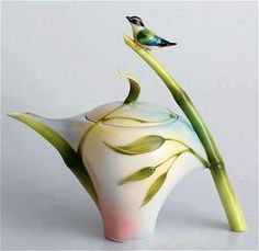 Teapots, is one thing that I love. I would love to serve tea in this teapot!