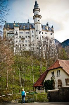 Schloss Neuschwanstein in Bayern, Germany - Looking Magical! Beautiful Castles, Beautiful Places, Great Places, Places To See, Linderhof, Castle Restaurant, Beau Site, Germany Castles, Neuschwanstein Castle