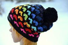 **Wunderschöne Bommelmütze, Häkelmütze, Wintermütze in Regenbogenfarben!**  **Material:** (Hochwertige Markenwolle) 70% Polyacryl 30% Schurwolle  **Größe:** (~KU 54cm-56/57cm)  Die...