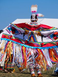 Fancy shawl dancer at the Muckleshoot pow wow, 2014 Native American Pictures, Native American Clothing, Native American Regalia, Native American Beauty, American Indian Art, Fancy Shawl Regalia, Powwow Regalia, Jingle Dress, Beadwork Designs