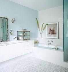 Un mur bleu pâle vivifie cette salle de bain moderne. Découvrez plus d'idées pour décorer avec des couleurs pastel en visitant notre article.