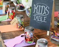 Kinder auf der Hochzeit bekommen eine kleine eigene Ecke+ eigenen kleinen Tisch. Auf T wird malzeug und Kuscheltiere so sein