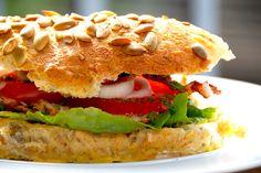 Lækker hjemmelavet sandwich med kylling og karry, der får selskab af bacon og friskklippet purløg. Foto: Guffeliguf.dk. (Recipe in Danish)
