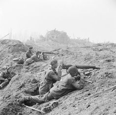 British commandos of the Commando Brigade man two Vickers machine guns in the shattered outskirts of Wesel. The Commandos had formed the spearhead of the British assault by making a surprise crossing in assault craft on the night of 23 - 24 March British Soldier, British Army, Canadian Soldiers, British Commandos, Marine Commandos, Man Of War, History Online, Royal Marines, Military History
