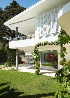 Image 22 of 30 from gallery of Homage to Oscar House / Luigi Rosselli. Photograph by Prue Ruscoe Mini Clubman, Oscar Niemeyer, Luigi, Home Design, Design Ideas, Interior Design, Melbourne, Modern Architecture House, Modern Houses