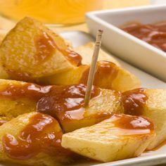 Receta de patatas bravas con Thermomix. El entrante perfecto, rápido, barato y fácil de preparar. Una de las tapas preferidas de España.