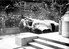 Madrid, 14/04/1931. Proclamación de la Segunda República. La estatua ecuestre de Felipe III yace destruida a los pies de la base de piedra que era su pedestal