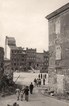 Rynek Starego Miasta, jeszcze w ruinie, ale już jako cel rodzinnych spacerów