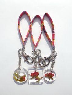 Annys workshop,Handmade keychain, hard plastic keychain, Pressed flowers keychain, Rose keychain
