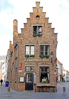 One of the oldest restaurants in Bruges, Gruuthusehof. In 1751 it was and still is a magnet for tourists and Bruges with a healthy appetite. Gruuthusehof is at a historic crossroads in Bruges.