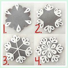 Snowflake sugar cookie decorating tutorial - New Ideas Christmas Sugar Cookies, Christmas Sweets, Holiday Cookies, Christmas Baking, Halloween Cookies, Christmas Decorations, Iced Cookies, Cute Cookies, Cookies Et Biscuits