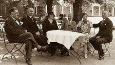 Zdjęcie na okładkę. Od lewej: Stanisław Ura, inż J.Rokosz, Stefania Ura, Szymon Starkiewicz, Wanda Starkiewicz, M.Byszewski.